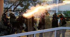 شرطة هونج كونج تطلق الغاز المسيل للدموع
