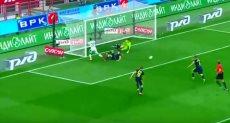 لاعب روسي ينقذ مرمى فريقه من هدف محقق