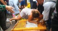 سائحة بريطانية تهاجم تجار المغرب بسبب حبس الفراخ