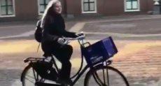 ابنة ملك هولندا أثناء عودتها من المدرسة على الدراجة