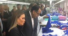 رئيس الوزراء يتفقد إحدى مصانع الملابس الجاهزة
