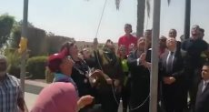 رئيس جامعة حلوان يرفع علم مصر