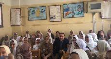 رئيس الوزراء يلتقط صور تذكارية مع طالبات بمدرسة فى بنى سويف