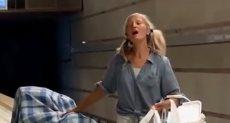 السيدة تغني في محطة المترو