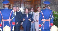 الرئيس امام قبر جمال عبد الناصر