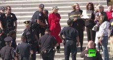 لحظة اعتقال الممثلة جين فوندا بسبب مشاركتها بمظاهرة ضد تلوث البيئة