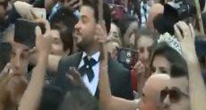 زفة عروسين وسط الاحتجاجات ببيروت