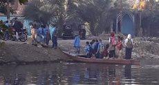 طلاب بالفيوم يعبرون بمركب قديم للذهاب لمدرستهم