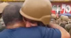 جندى يحتضن متظاهر