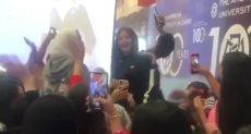طالبات الجامعة الأمريكية يستقبلن رضوى الشربينى بالصريخ