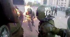 لحظة اشتعال النيران فى شرطيين بعد الهجوم عليهم بالمولوتوف فى تشيلي
