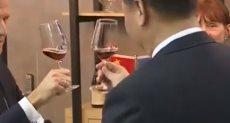 ماكرون وشي جين بينج يتذوقان النبيذ الفرنسي