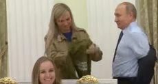 الرئيس الروسي يخلع سترته