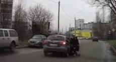 سقوط امرأة من سيارة