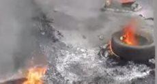 المحتجون يشعلون النيران ويقطعون الطرق