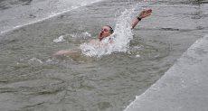 روسى يسبح فى برك الجليد