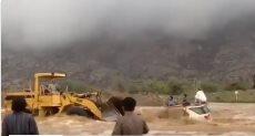 سعودي ينقذ 3 أشخاص بجرافته من مياه السيول