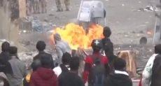 المتظاهرون يشعلون النار في رجال الأمن