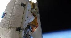 رائد الفضاء يلقى المخلفات