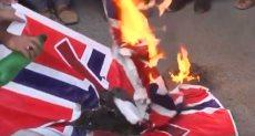 باكستانيون يحرقون الأعلام النرويجية