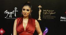 مي عمر تتألق بفستان أحمر
