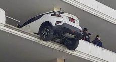 السيارة تخترق الحاجز