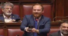 برلمانى يعرض الزواج من زميلته