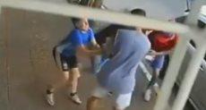 طفل يدافع عن والدته