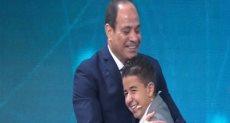 الرئيس يصافح الطفل زين يوسف