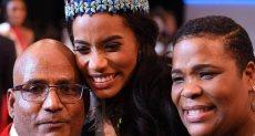 ملكة جمال العالم مع والديها