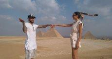 دانى ألفيس وزوجته فى حضن الأهرامات