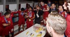 احتفال نجوم ليفربول بكأس العالم للأندية في غرفة خلع الملابس