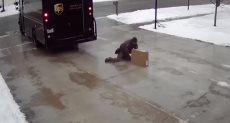 العامل يستعين بالجليد لتوصيل طلبيته