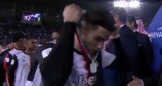 كريستيانو رونالدو يخلع الميدالية