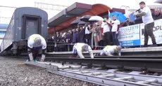 الروس الثلاثة يجرون القطار