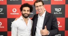 محمد صلاح مع نيكولاس ريد الرئيس التنفيذى لشركة فودافون العالمية