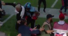 لاعب دالاس رينيجادز لحظة الإصطدام بمدربه