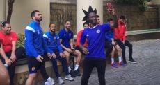 سيلفي للاعبى الأهلى مع مشجع جنوب أفريقي
