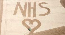 مزارع يحرث شكل قلب للأطباء