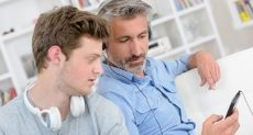 أب وابنه المراهق يقضيان وقت معًا ـ أرشيفية