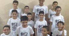 الأطفال يرتدون تيشرتات وحوش ملحمة البرث