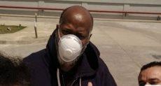 السائح الأمريكى مارشيل باريش وقت خروجه من مستشفى أبو خليفة