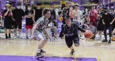 طفل صينى بذراع واحدة يلعب كرة السلة