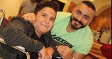 الفنان تامر حسنى والطفل إياد
