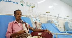 مواطن يمنى يتلقى العلاج