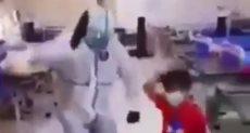 طفل عراقى يرقص بعد شفائه من كورونا