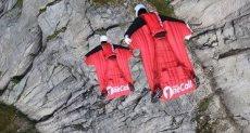 مغامر يقفز فوق جبل قمة جبل في النرويج