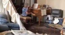 العجوز اللبنانية تعزف على البيانو وسط حطام منزلها