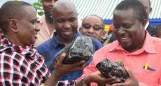 العامل يحمل الحجرين