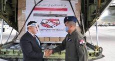 السفير المصرى خلال استقبال المساعدات